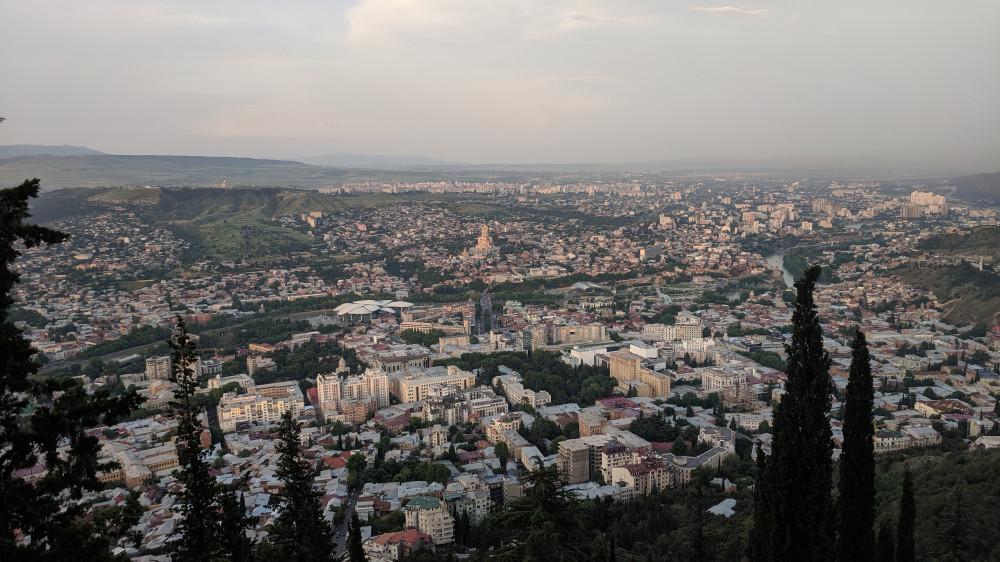 Вид на Тбилиси от ресторана Фуникулер (кликабельно)