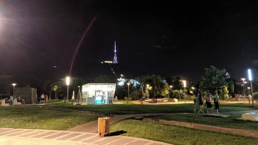 Вид из парка Рике на ресторан фуникулер и ТВ башню на горе Мтацминда.