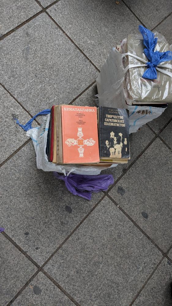 """Шел мимо книжного развала. Продавец уже собирался, сверху в сумке у него лежала книга """"Творчество Саратовских шахматистов"""" я до того удивился, что сфотографировал. Но не купил. Багажная сумка маленькая."""