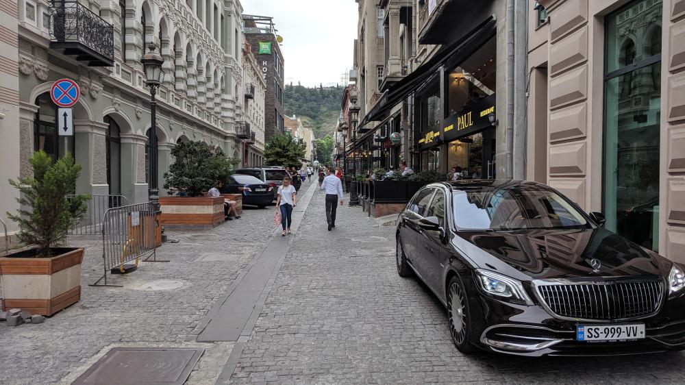 Полупешеходная улица Галактиона Табидзе с кафешками.
