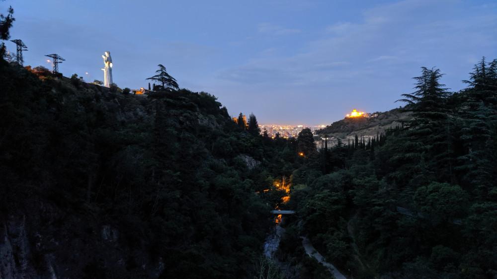 """Ночной ботанический сад. Слева монумент """"Мать — Грузия"""". Вдали город. Я чуть не заблудился. Никого не было и быстро стемнело. (кликабельно)"""