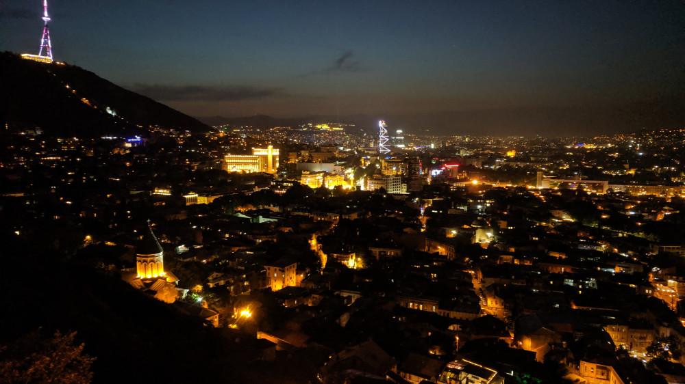 Вид на ночной Тбилиси чуть выше верхней станции канатной дороги (кликабельно).