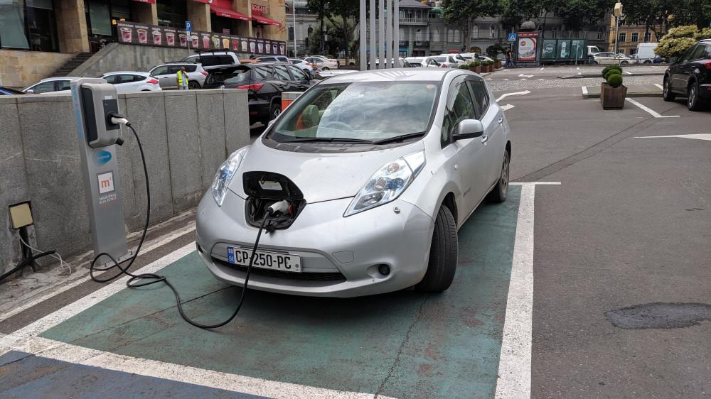 Бесплатная зарядка для электрокара Nissan Leaf на парковке Radisson Blu Hotel.