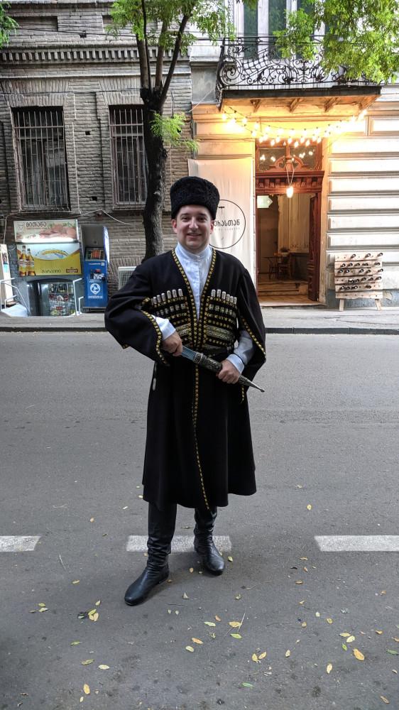 Я в национальном костюме — чоха. г.Тбилиси, ул.Резо Табукашвили, 46.