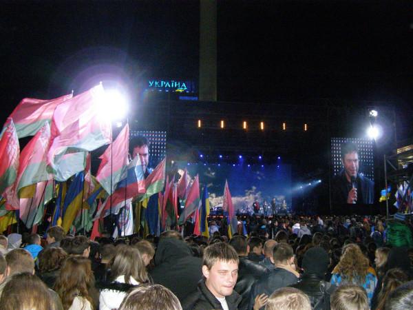 10 депутат Верховной Рады Олег Царев напомнил киевской молодежи что наши деды воевали за общую Родину