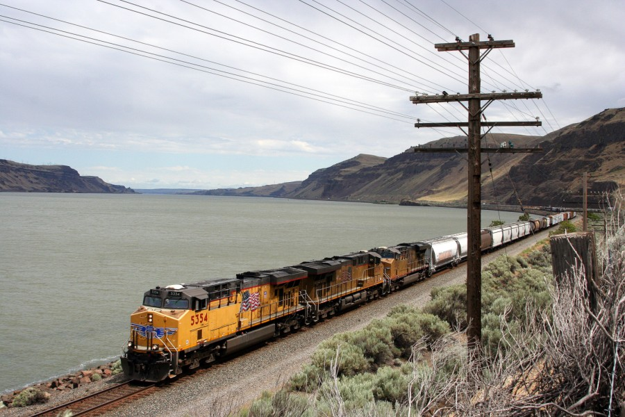 Westbound_Union_Pacific,_Columbia_River_Gorge