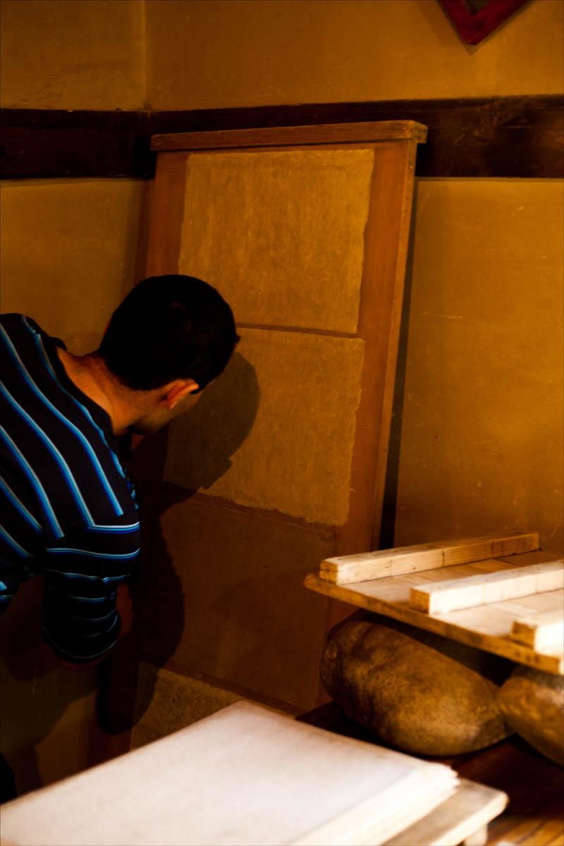 Как делают шелковую бумагу в Самарканде
