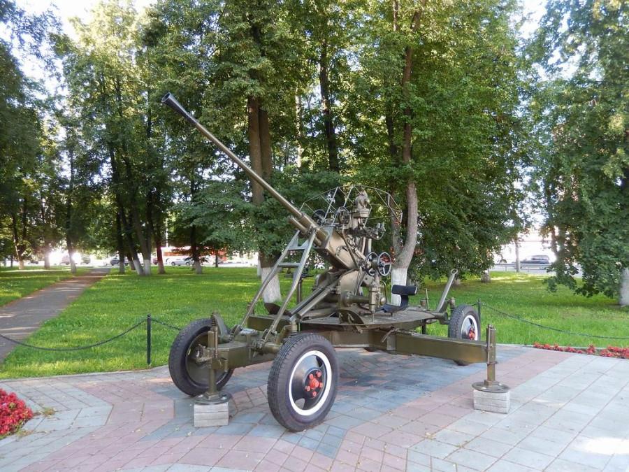 Паровоз и зенитное орудие у Московского вокзала
