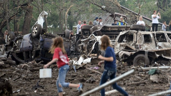 130521044622__people_assess_the_damage_after_a_powerful_tornado_ripped_through_the_area_on_may_20_2013_in_moore_oklahoma_624x351_reuters