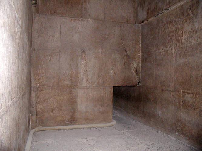 Пирамиды. Часть кладки перекрытия внутри Розовой пирамиды. Высота блока более двух метров.