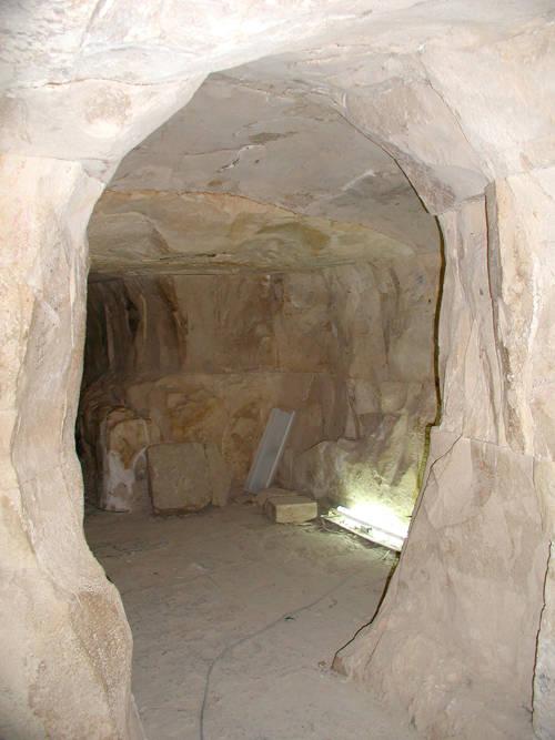 Пирамиды. Часть кладки внутреннего прохода Пирамиды в Мейдуме. Внешняя поверхность блоков неровная, но стыки между массивными блоками выполнены без зазоров