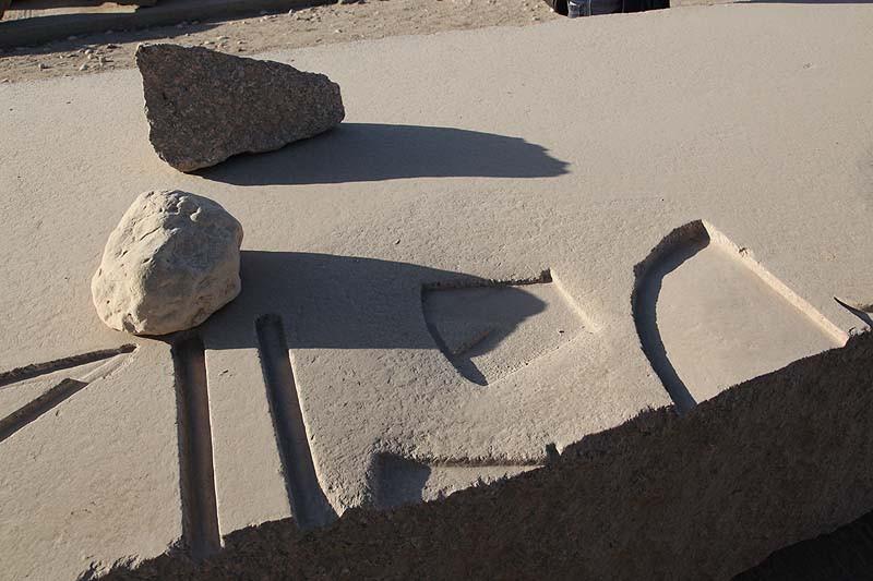 Египет. Следы реставрации на обломке гранитного обелиска