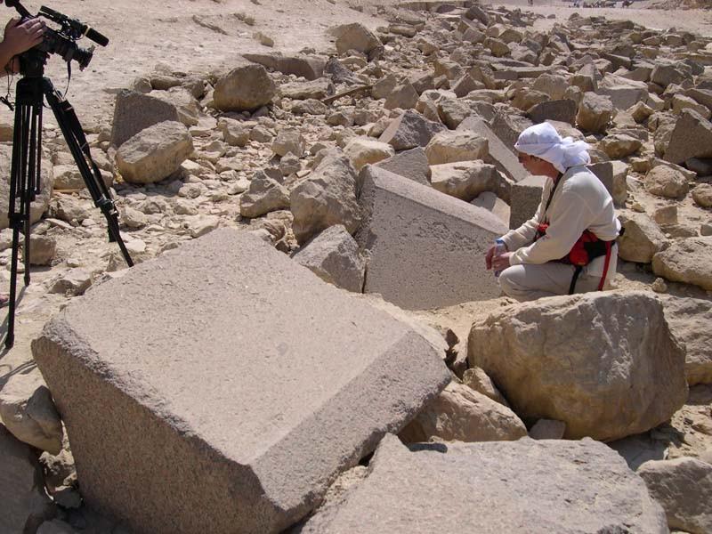 Египет. Блоки гранитной облицовки с поребриком у 2-й пирамиды Гизы