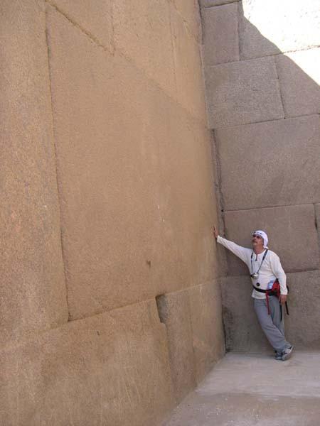Египет. Блоки облицовки Гранитного храма на плато Гиза