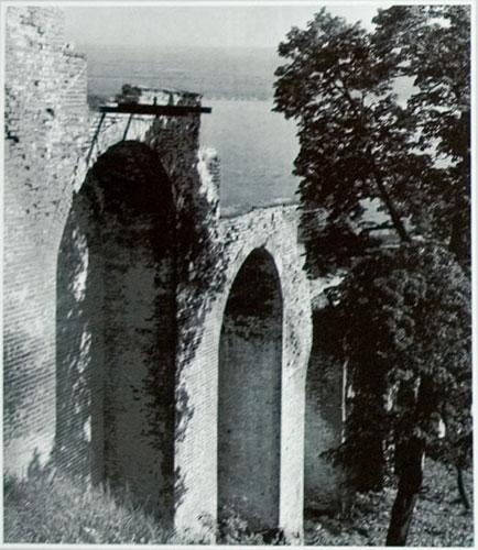 Прясло между Часовой и Ивановской башнями до реставрации. Вид изнутри кремля