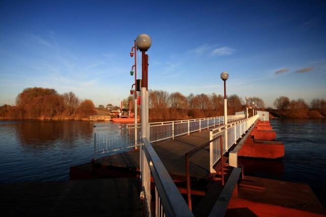 Разводной понтонный мост на р. Москва возле устья, Коломна
