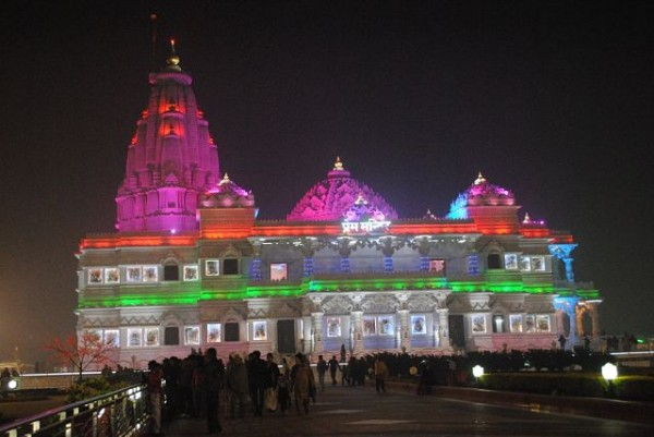 кришнаитский храм во вриндаване ночью
