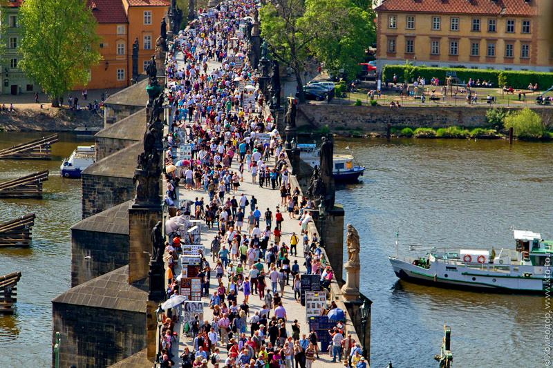 Прага. Туристы на Карловом мосту