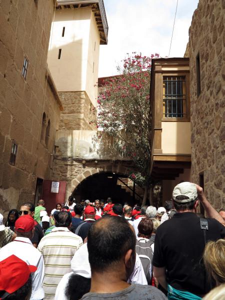 туристы  в монастыре святой Екатерины