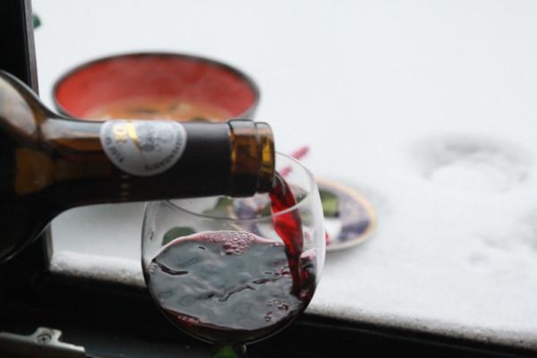 вино на снегу