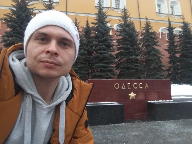 Одессит у тумбы города-героя Одессы в Москве
