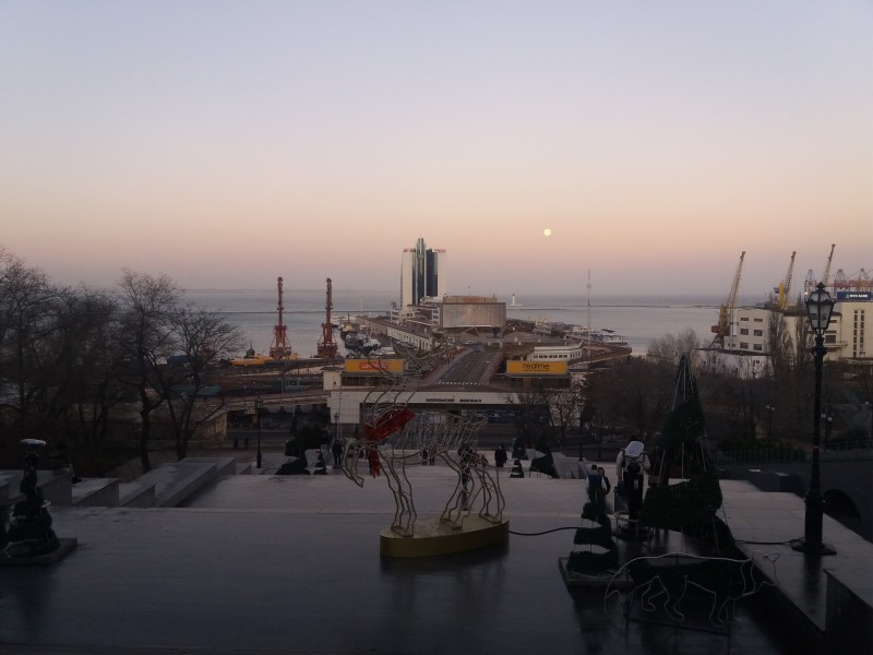 Снова какие-то невнятные инсталляции, Потёмкинская лестница и здание Морвокзала
