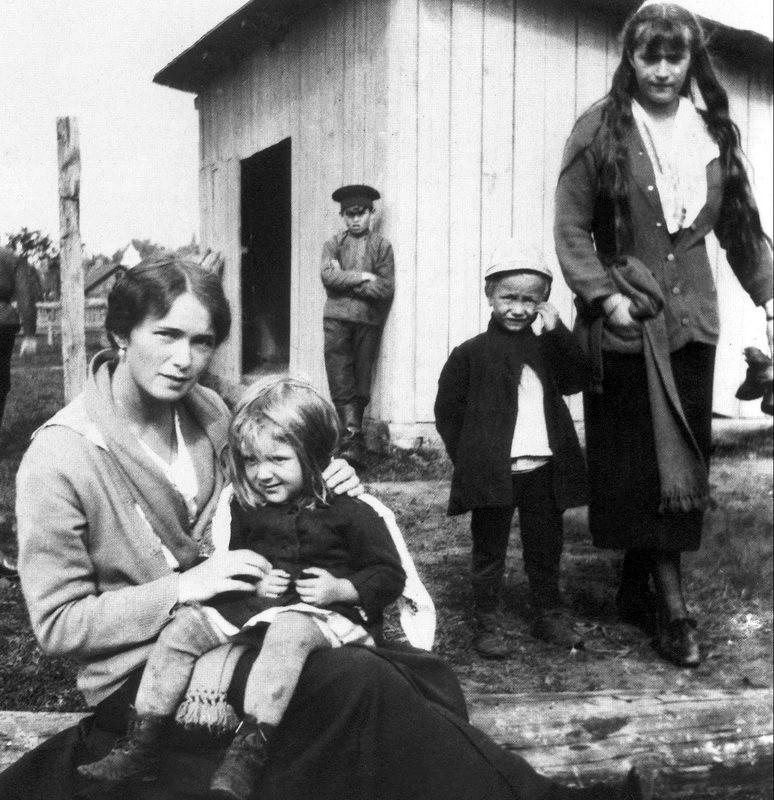 Ольга и Анастасия с крестьянскими детьми. окрестности Могилева. 1916 год