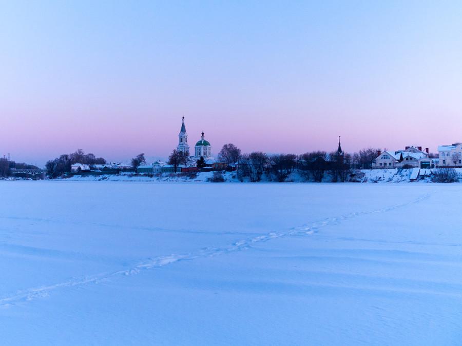 Всем доброго утра и отличной недели. Рассвет на снежной Волге вам в ленту.