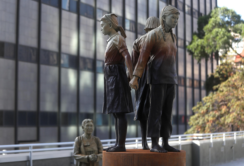 Сан Франциско. После установки этой статуи город-побратим Осака послал послал Сан Франциско в баню,  мол нафига нам такие американские братья с привкусом кимчи.