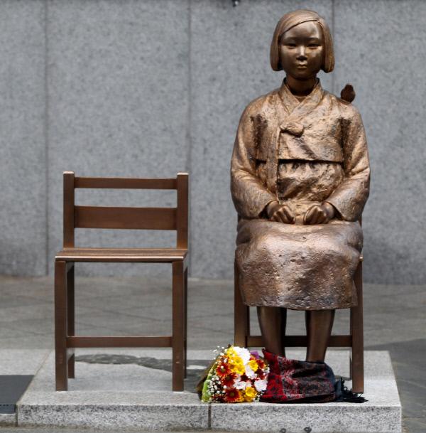 Статуя перед посольством Японии в Корее (сеул). Второй стул - для работников посольства?