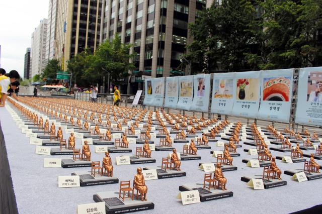 Флэшмоб в Сеуле с теми же статуями. Потом на сувениры распродадут.