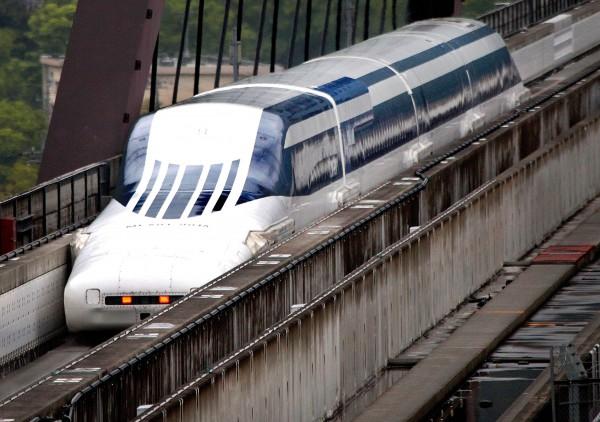 Японский поезд-маглев (поезд на магнитной подушке)