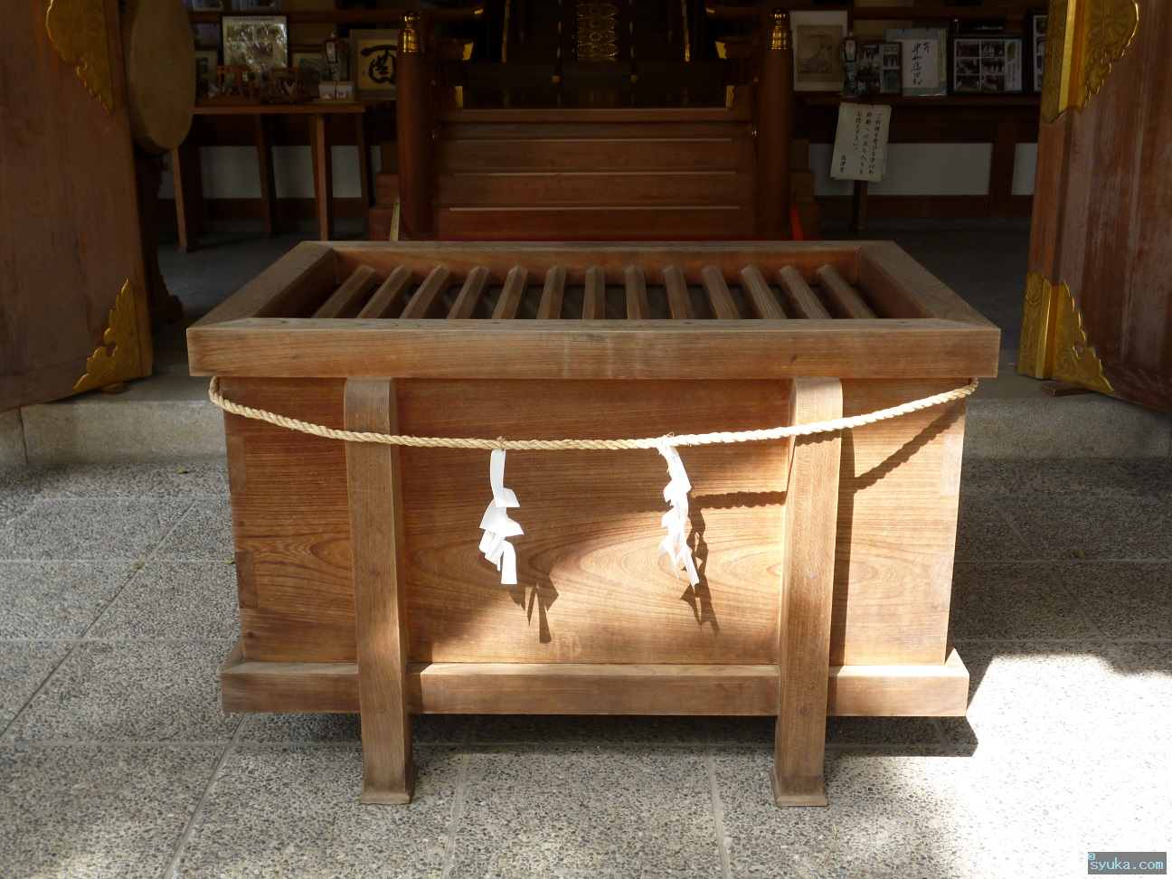 деревянный ящика для денежных пожертвований