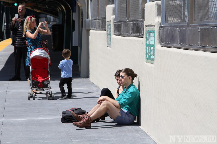Первые пассажиры на станции метро Smith 9 Street, Бруклин