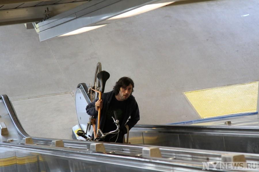 Первые пассажиры на станции метро Smith 9 Street в Бруклине