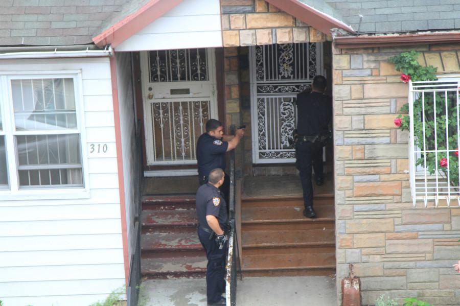 Полиция штурмует дом в Бруклине, Нью-Йорк