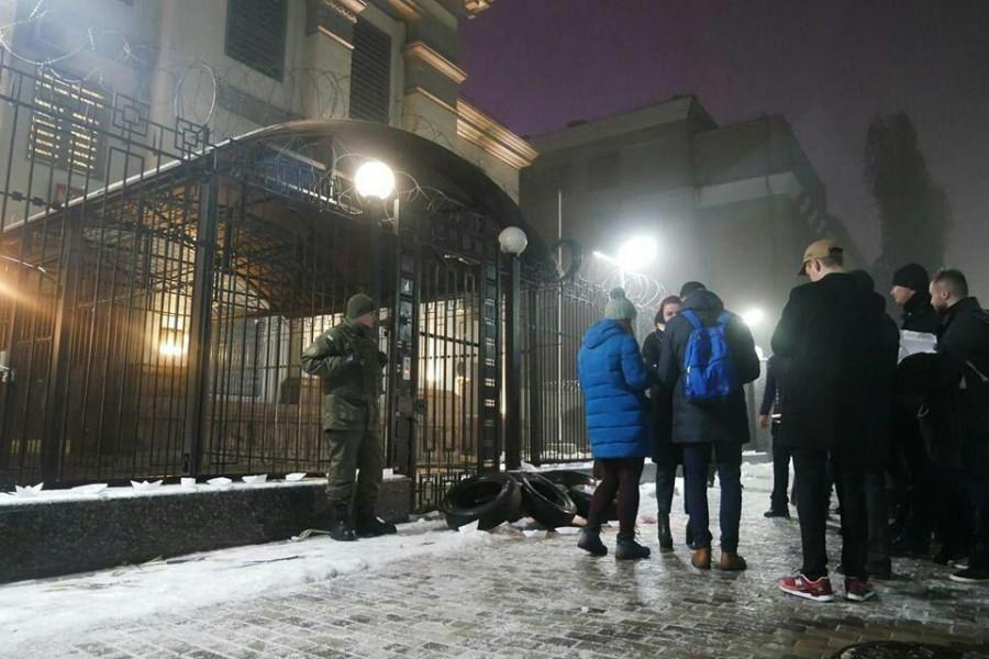 возле посольства РФ в киеве1