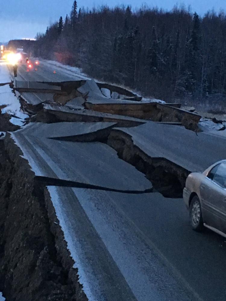 землетрясение на Аляске единственный хайвей из Анкориджа до Василы