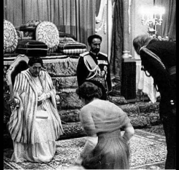 Елизавета II склонилась в глубоком реверансе перед императором и императрицей ЭфиопииПринц Филипп тоже отдает низкий поклон