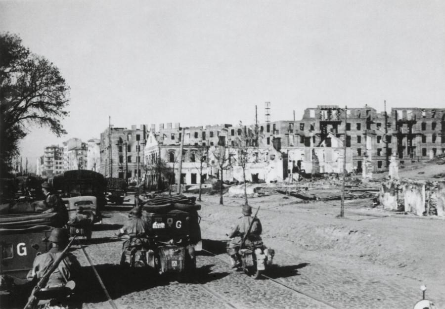 Einmarsch der deutschen Truppen im zerstörten Minsk, 1941