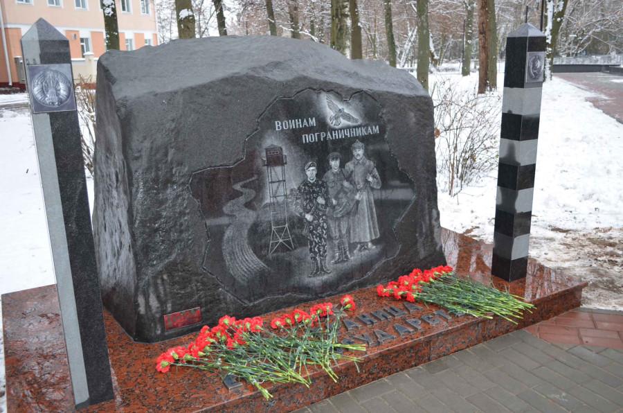 памятник лукашенке шуневичу и коле