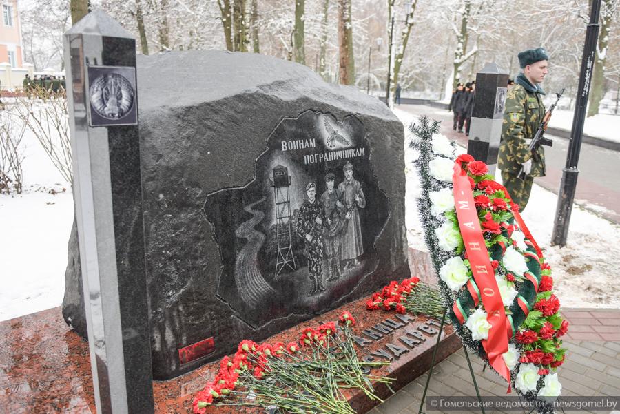 памятник лукашенке шуневичу и коле2