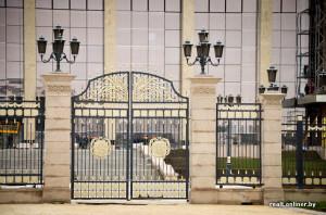 гербы на воротах