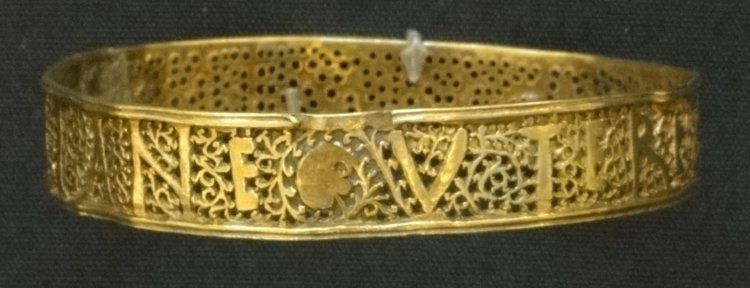 A gold bangle of the Hoxne Hoard The inscription reads VTERE FELIX DOMINA IVLIANE Use this happily lady Juliane