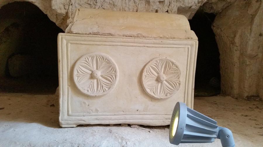 1200px-Nicanor's_Tomb_sarcophagus,_Mount_Scopus,_Jerusalem
