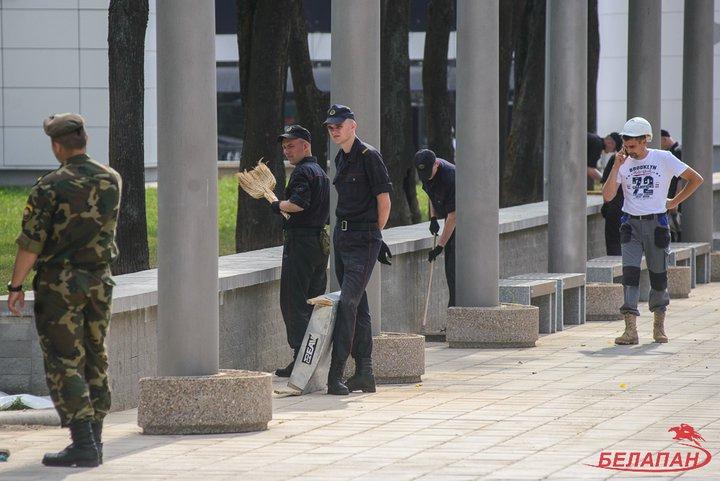 белорусские фашисты отмывают стадион1
