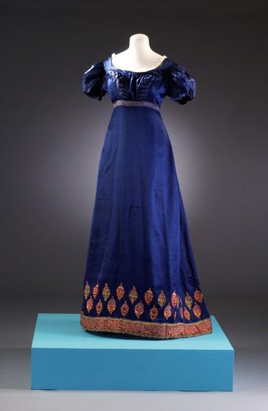 Женский костюм эпохи ампир