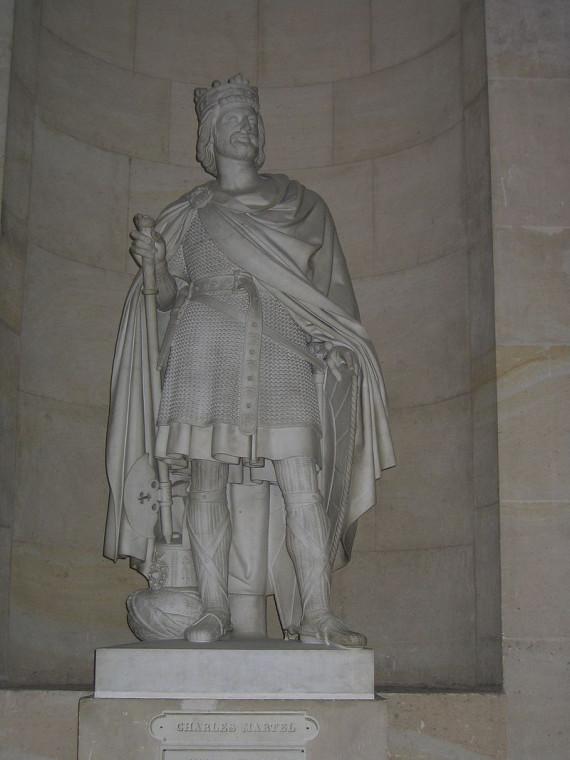 Карл Мартелл. Статуя в Версале. Карл жил в VIII веке.