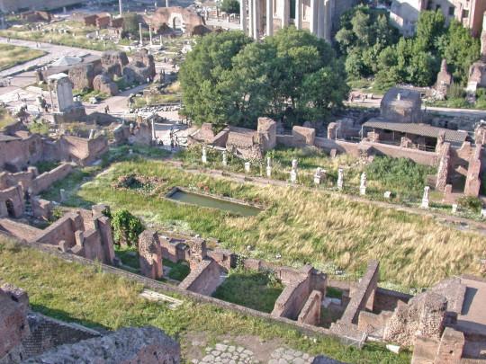 Руины дома весталок (бывшего дворца Великого понтифика) в Риме. Фото с сайта ru.wikipedia.org.