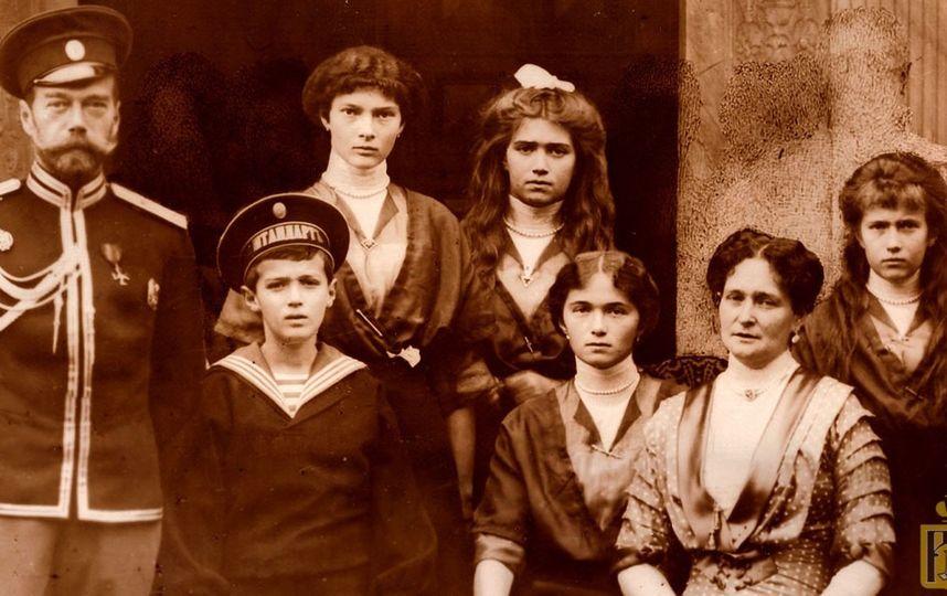 Императорская семья, приблизительно 1913 год (Слева направо: Николай Александрович, Алексей, Татьяна, Мария, Ольга, Александра Фёдоровна, Анастасия)
